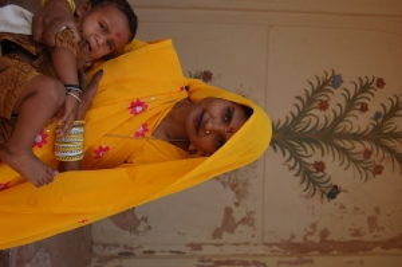 Una mujer India en la puerta de Amber Fort